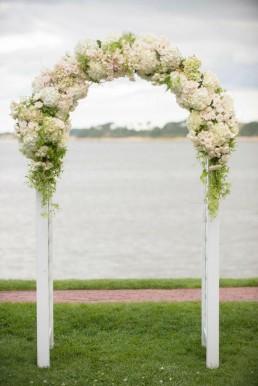 Lilas Wood fleuriste mariage à lyon en Rhône alpes - Inspiration Pinterest - Arche fleurie mariage traditionnelle bois forme arrondie
