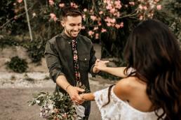 Les mariés qui se découvrent, style boho, design floral Lilas Wood fleuriste mariage en Provence alpes côte d'azur - Photographie Chris and Ruth.