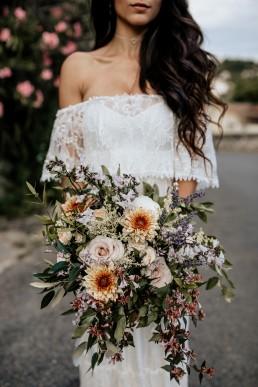 Bouquet moderne de la mariée, style boho, design floral Lilas Wood fleuriste mariage en Provence alpes côte d'azur - Photographie Chris and Ruth.