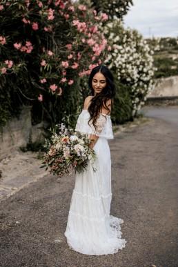 La mariée avec son bouquet de fleurs, style boho, design floral Lilas Wood fleuriste mariage en Provence alpes côte d'azur - Photographie Chris and Ruth.