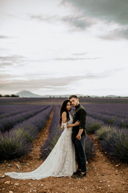 Les mariés dans un champs de lavande, style boho, design floral Lilas Wood fleuriste mariage en Provence - Photographie Chris and Ruth.