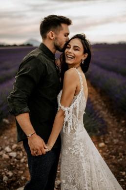 Les mariés dans un champs de lavande, style boho, design floral Lilas Wood fleuriste mariage en Provence alpes côte d'azur - Photographie Chris and Ruth.