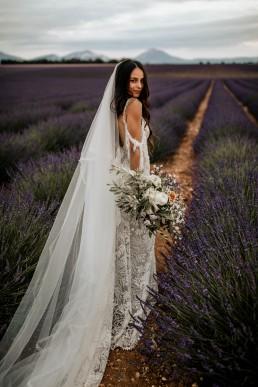 La mariée dans un champs de lavande, elle porte un bouquet moderne, mariage style boho, design floral Lilas Wood fleuriste mariage en Provence alpes côte d'azur - Photographie Chris and Ruth.