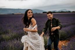 Les mariés dans un champs de lavande, mariage style boho, design floral Lilas Wood fleuriste mariage en Provence alpes côte d'azur - Photographie Chris and Ruth.