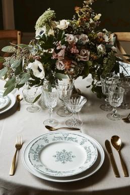 Image représentant une composition comme un centre de table confectionnée par l'atelier floral Lilas wood - fleuriste mariage à lyon en Rhône alpes