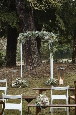 Image représentant une arche fleurie confectionné par l'atelier floral Lilas wood - fleuriste mariage à lyon en Rhône alpes