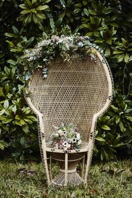 Décoration florale d'un fauteuil Emmanuelle by Lilas wood - fleuriste mariage à lyon en Rhône alpes