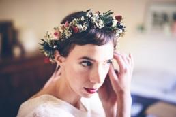 Image représentant une couronne de fleurs portée par une mariée, couronne confectionnée par l'atelier floral Lilas wood - fleuriste mariage à lyon en Rhône alpes