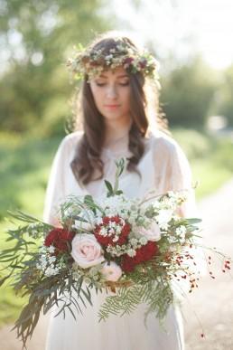 Bouquet de la mariée et couronne de fleurs de l'atelier Lilas Wood fleuriste mariage à lyon en Rhône alpes