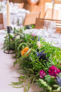 Guirlande de table confectionnée par l'atelier Lilas Wood fleuriste mariage à Annecy, Genève, Chambéry, Grenoble en Savoie et Haute Savoie.