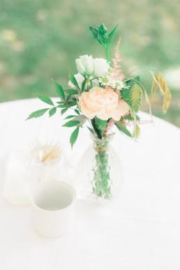 Décoration d'ambiance mariage composée d'une fiole fleurie, photo de l'atelier Lilas Wood fleuriste mariage Drôme et Drôme provençale à Valence, Montélimar, Grignan, Die, Nyons, Buis les baronnies, Pierrelate, Crest, Roman sur Isère,Valaurie et Dieulefit.