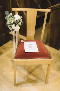 Décor de chaise confectionnée par l'atelier Lilas Wood fleuriste mariage Grenoble, fleuriste mariage, fleuriste mariage Annecy, fleuriste mariage Genève, fleuriste mariage Chambéry en Savoie et Haute Savoie.