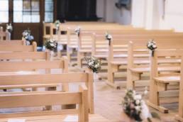 Bouquet de bout de banc d'église par l'atelier Lilas Wood fleuriste mariage Grenoble, fleuriste mariage, fleuriste mariage Annecy, fleuriste mariage Genève, fleuriste mariage Chambéry en Savoie et Haute Savoie.