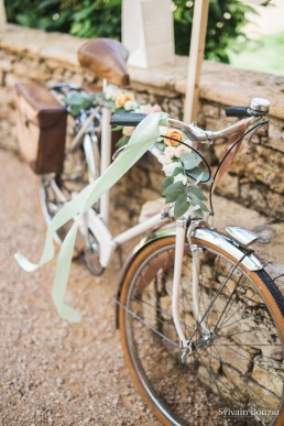 Décor floral sur vélo confectionné par l'atelier Lilas Wood fleuriste mariage Beaujolais & Bourgogne, fleuriste mariage Lyon, fleuriste mariage Dijon, fleuriste mariage Mâcon, fleuriste mariage Rhône Alpes.