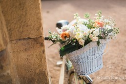 Décoration florale d'un vélo confectionnée par l'atelier Lilas Wood fleuriste mariage Beaujolais & Bourgogne, fleuriste mariage Lyon, fleuriste mariage Dijon, fleuriste mariage Mâcon, fleuriste mariage Rhône Alpes.