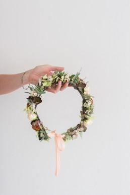 Couronne de mariée confectionnée par l'atelier Lilas Wood fleuriste mariage Auvergne & Rhône alpes.