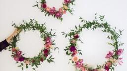 Couronne de décoration d'ambiance confectionnée par l'atelier Lilas Wood fleuriste mariage Auvergne & Rhône alpes.