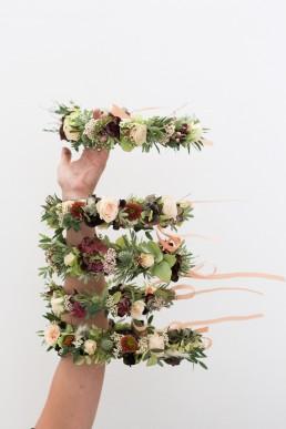 Couronne de mariée et demoiselles d'honneur confectionnées par l'atelier Lilas Wood fleuriste mariage Auvergne & Rhône alpes.