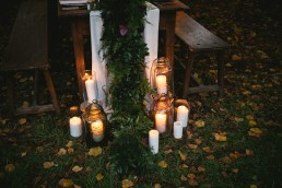 Guirlande de fleurs sur table de l'atelier Lilas Wood fleuriste mariage Clermont-Ferrand en Auvergne - Photographie Zéphyr et Luna