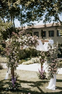Arche floral confectionnée par l'atelier Lilas Wood fleuriste mariage à lyon en Rhône alpes- Photographie Chris and Ruth.