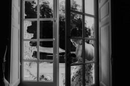 La mariée sur le balcon de la Tour de Labergement - LILAS WOOD - Fleuriste Mariage Dijon & Bourgogne.