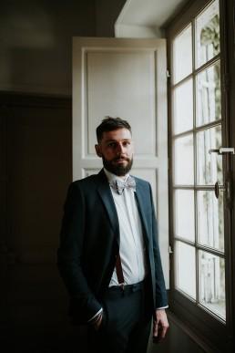Le marié face à la fenêtre - LILAS WOOD - Fleuriste Mariage Dijon & Bourgogne.