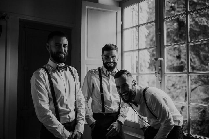 Le marié, témoins et garçons d'honneur face à la fenêtre - LILAS WOOD - Fleuriste Mariage Dijon & Bourgogne.