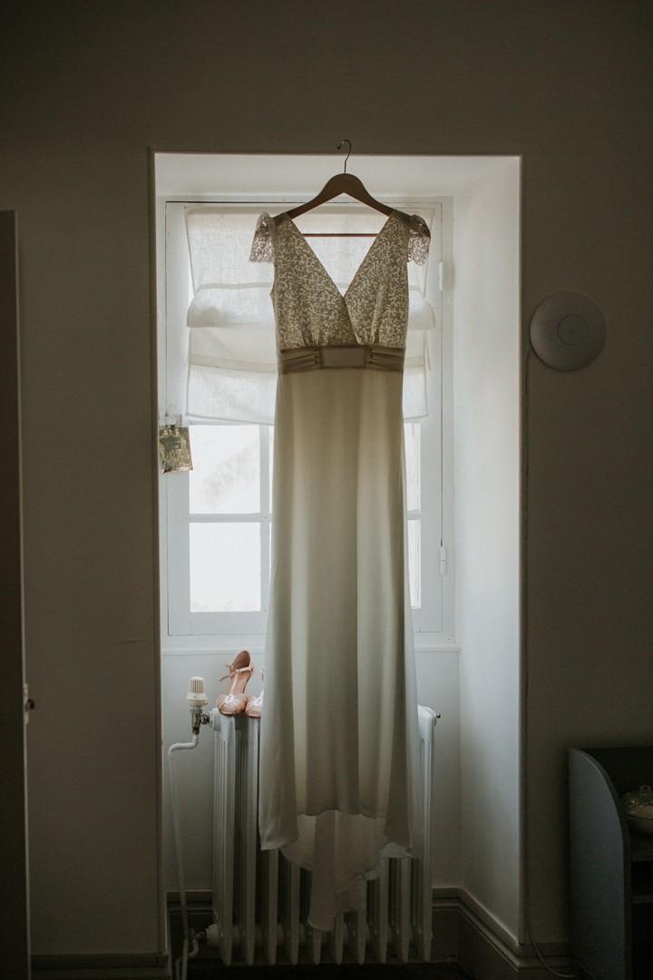 La Robe de mariée suspendue à la fenêtre - LILAS WOOD - Fleuriste Mariage Dijon & Bourgogne.