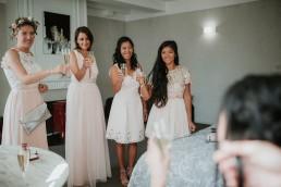 Couronne de fleurs pour demoiselle d'honneur confectionnée par LILAS WOOD - Fleuriste Mariage Dijon & Bourgogne. Photographe : Coralie Lescieux