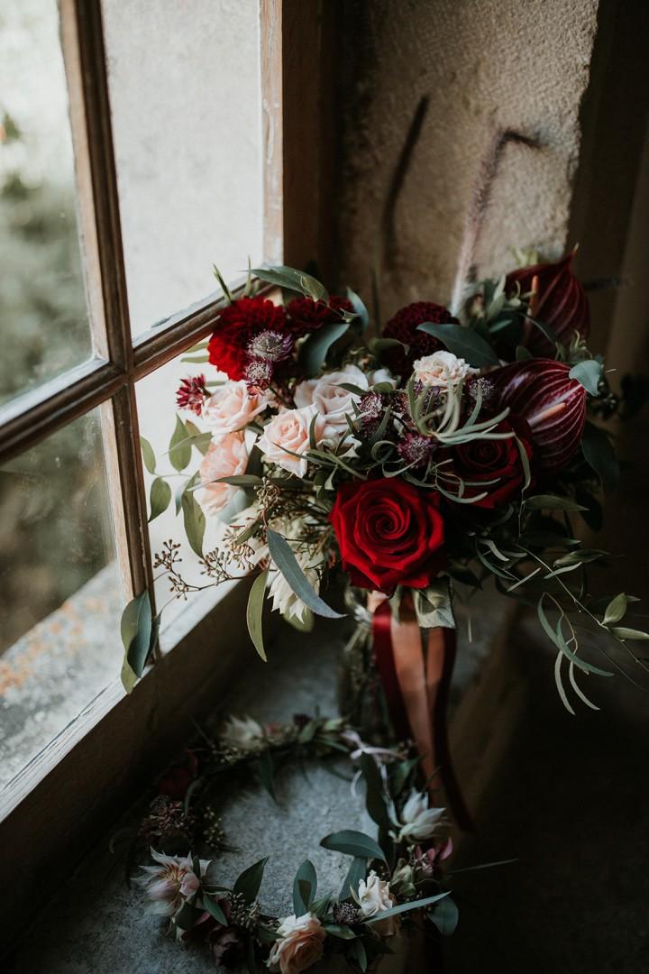 Bouquet de mariée posé sur le rebord d'une fenêtre confectionné par LILAS WOOD - Fleuriste Mariage Dijon & Bourgogne. Photographe : Coralie Lescieux