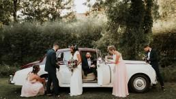 Les mariés et leurs témoins devant Rolls Royce, Couronne de fleurs et bouquet de la mariée confectionnés par LILAS WOOD - Fleuriste Mariage Dijon & Bourgogne.