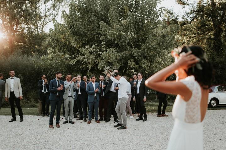 Les mariés et leurs témoins, couronne de fleurs et bouquet de la mariée confectionnés par LILAS WOOD - Fleuriste Mariage Dijon & Bourgogne.