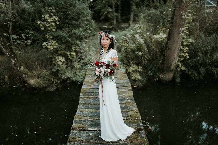 La mariée sur un pont de bois, couronne de fleurs et bouquet de la mariée confectionnés par LILAS WOOD - Fleuriste Mariage Dijon & Bourgogne.
