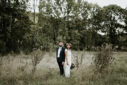 Les mariés dans la nature, couronne de fleurs et bouquet de la mariée confectionnés par LILAS WOOD - Fleuriste Mariage Dijon & Bourgogne.