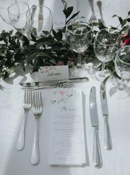 Centre de table type chemin de feuillage confectionnée par LILAS WOOD, Design Floral & Fleuriste Mariage Genève en Suisse - Photographe - Le château de Coudrée.