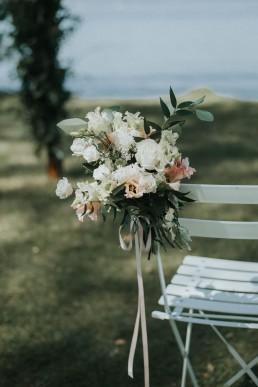 Bouquet de bout de banc pour cérémonie de mariage confectionné par LILAS WOOD, Design Floral & Fleuriste Mariage Genève en Suisse - Photographe - Le château de Coudrée.