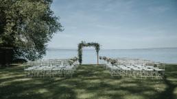 Arche de cérémonie mariage végétale confectionnée par LILAS WOOD, Design Floral & Fleuriste Mariage Genève en Suisse - Photographe - Le château de Coudrée.