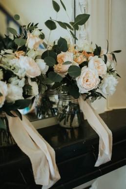 Bouquets des demoiselles d'honneur confectionnés par LILAS WOOD, Design Floral & Fleuriste Mariage Genève en Suisse - Photographe - Le château de Coudrée.