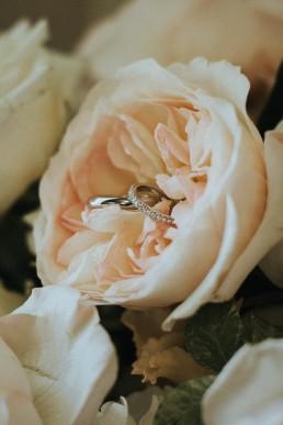 Bagues des mariés dans rose fournie par LILAS WOOD, Design Floral & Fleuriste Mariage Genève en Suisse - Photographe - Le château de Coudrée.