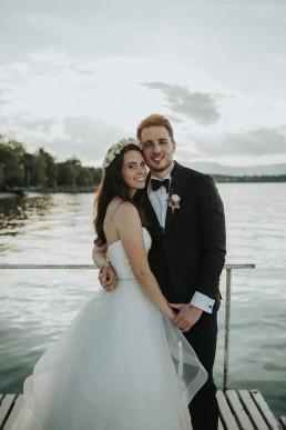Boutonnière du marié et couronne de fleurs de la mariée confectionnés par LILAS WOOD, Design Floral & Fleuriste Mariage Genève en Suisse - Photographe - Le château de Coudrée.