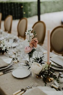 Centre de table type composition et fioles confectionné par LILAS WOOD, Design Floral & Fleuriste Mariage Aix-en-Provence - Photographe Greg REGGO - Villa Beaulieu.