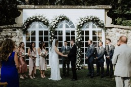Décoration florale de la cérémonie réalisée par LILAS WOOD, Design Floral & Fleuriste Mariage Aix-en-Provence - Photographe Greg REGGO - Villa Beaulieu.