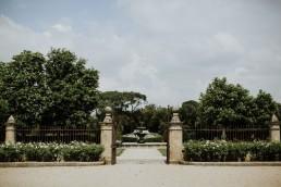 Composition de fleurs dans fontaine confectionnée par LILAS WOOD, Design Floral & Fleuriste Mariage Aix-en-Provence - Photographe Greg REGGO - Villa Beaulieu.