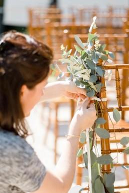 Allée de cérémonie fleurie confectionnée par l'atelier LILAS WOOD, Design Floral & Fleuriste Mariage La Tour Vaucros à Sorgues (84) en Provence - Photographe Valéry VILLARD.