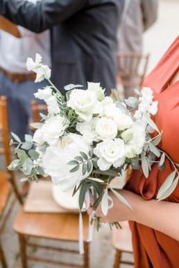 Bouquet de demoiselle d'honneur confectionné par l'atelier LILAS WOOD, Design Floral & Fleuriste Mariage La Tour Vaucros à Sorgues (84) en Provence - Photographe Valéry VILLARD.