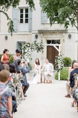 Arche de cérémonie fleurie confectionnée par l'atelier LILAS WOOD, Design Floral & Fleuriste Mariage La Tour Vaucros à Sorgues (84) en Provence - Photographe Valéry VILLARD.