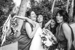 Bouquet de mariée et bouquet de demoiselle d'honneur confectionnés par l'atelier LILAS WOOD, Design Floral & Fleuriste Mariage La Tour Vaucros à Sorgues (84) en Provence - Photographe Valéry VILLARD.
