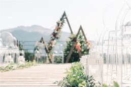 Allée de cérémonie confectionnée par l'atelier LILAS WOOD, Design Floral & Fleuriste Mariage Megève (74) Savoie & Haute savoie - Photographe Emilie Cabot.