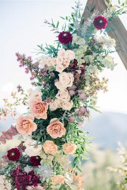 Arche florale de cérémonie confectionnée par l'atelier LILAS WOOD, Design Floral & Fleuriste Mariage Megève (74) Savoie & Haute savoie - Photographe Emilie Cabot.