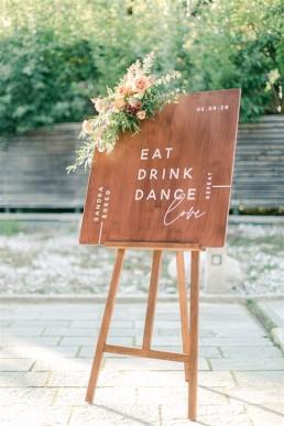 Décor floral de panneau de bienvenue confectionné par l'atelier LILAS WOOD, Design Floral & Fleuriste Mariage Megève (74) Savoie & Haute savoie - Photographe Emilie Cabot.